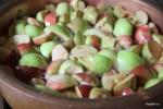 Разрезаем яблоки на 4 части