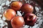 Чуть приваренные персики отправляем в воду со льдом - чтобы легко чистились