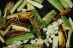 К обжаренным кабачкам добавляем чеснок и веточки тимьяна