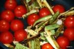 Добавляем на сковороду половинки помидоров