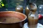 Разливаем горячее яблочное пюре по стерилизованным банкам