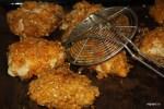 Выкладываем обжаренные в масле куски курицы на противень
