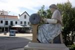 Памятник женщине, плетущей кружева на коклюшках. Пениши, Португалия