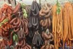 Разные португальские чоризо на рынке в Порту