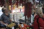 Выбираю острый перец пири-пири на рынке Больяо в Порту