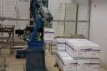Робот-погрузчик собирает заказ на расфасованную пиццу