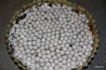На тесто, покрытое фольгой, выкладываем груз