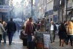 По улице Санта-Катарина в Порту плывет дымок от жарящихся каштанов