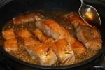 Ошпаренные куски рыбы жарим в соусе терияки