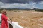 Летом после дождя мелкие ручейки в велде превращаются в бурный поток. Кляйн Кару, Восточный Кейп, ЮАР