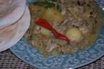 Капско-малайское карри из курицы едят с пресными лепешами
