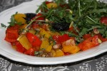 Южноафриканский салат с перцами, рукколой и черносливом