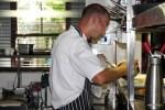 Шеф-повар Reuben's Рюбен Риффел на своей кухне