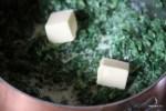В соус добавляем сливочное масло
