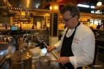 Шеф тушит фенхель в оливковом масле