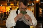Лоран Пети проверяет аромат тимьяна