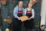 Павел и Ольга Сюткины с домашним пирогом из ревеня