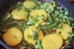 Добавляем картофель и зеленый лук