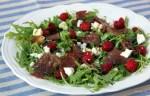 Салат с брезаолой, малиной и рукколой