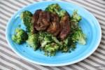 Салат из брокколи с жареной свиной грудинкой под соусом из корнионов