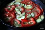 Выкладываем на картофель обжаренные кабачки и кольца сладкого перца