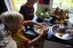 Даня помогает разделять белки от желтков