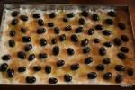 На первый слой теста выкладываем виноград и посыпаем тростниковым сахаром