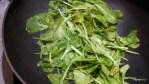 Обжариваем шпинат