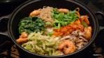 Овощи и креветки с рисом выкладываем в горячий горшок