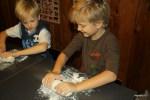 Филипп и Даня приступили к приготовлению блинчиков
