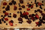 Выкладываем на крем ягоды