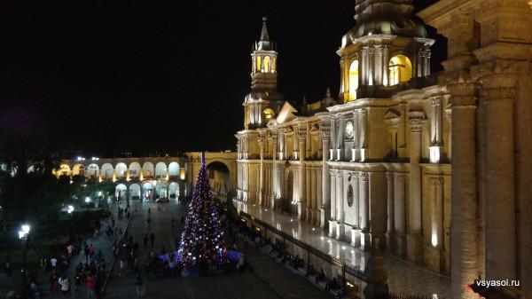 Кафедральный собор Арекипы парит над ночным городом