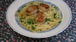 Спагетти с гребешками и зеленым горошком