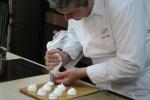 Даниэль Эбе готовит меренги, выкладывая их на мокрую доску