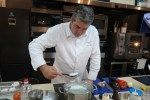 Даниэль Эбе за приготовлением яиц пашот