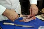 Шеф вырезает ножницами хребет барабульки