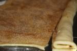 Посыпанное корицей и сахаром тесто сворачиваем в рулет