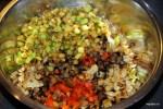 Обжаренные по отдельности овощи складываем в миску