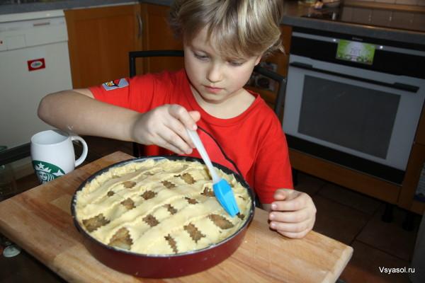 Филипп смазывает пирог яйцом