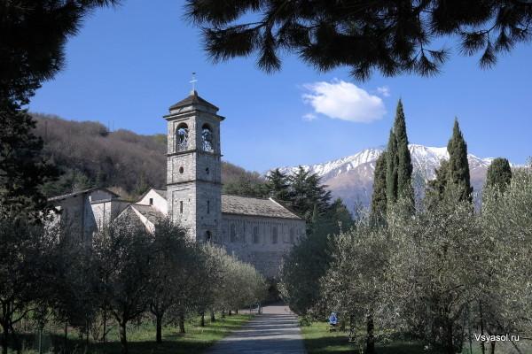 Аббатство Санта-Мария ди Пиона на берегу озера Комо