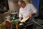 Мишель Ломбарди разливает тесто для галеты
