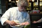 Венсан наполняет кондитерский мешок тестом для бисквита