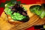 Сандвич с бараниной, мятым зеленым горошком и васаби