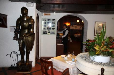 Гостей ресторана Les Armures в Женеве встречает рыцарь в доспехах