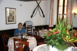 Воинственные украшения на стенах ресторана напоминают о далеком прошлом Женевы