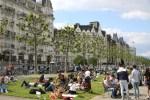 Жители Женевы принимают солнечные ванны на берегу озера Леман