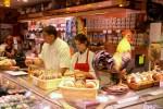 Галльский петух, символ Франции, на Лионском рынке выглядит кулинарным символом