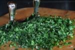Зелень измельчаем с помощью меццалуны