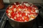 Варим помидоры с луком и перцем до мягкости