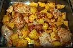 Выкладываем курицу и картофель на противень
